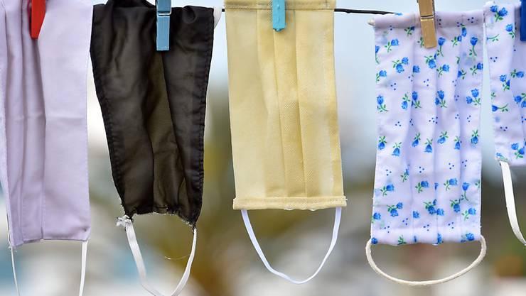 ARCHIV - Mundschutze hängen in Tunis zum Trocknen über einer Wäscheleine. Foto: Jdidi Wassim/SOPA Images via ZUMA Wire/dpa