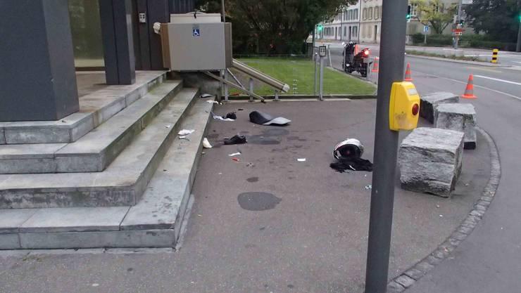 Rollerunfall in Aarau: Bei einem Selbstunfall fährt ein Rollerfahrer in eine Treppe