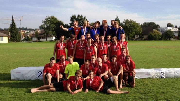 Die Spieler von Boswil-Boniswil (unten) freuen sich über den Medaillengewinn und hoffen auf den Aufstieg in die Nationalliga B.