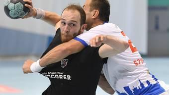 Co-Captain Tim Aufdenblatten (l.) und seinen Teamkollegen gelingt bei GC Amicitia der zweite HSC-Sieg im zweiten Spiel im neuen Jahr. Mit 22:14 gehen die Gäste als Sieger vom Platz.