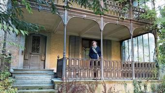 Historikerin Christine von Arx auf der Terrasse ihrer neuen Wirkungsstätte im Haus Sonnenberg an der Schlossgasse in Lenzburg.