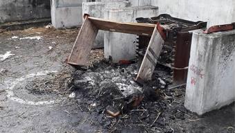 Alles angeschleppt, was brennt: Eine Palette, der dazugehörige Rahmen und ein Strohballen wurden verbrannt.