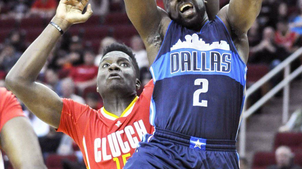 Clint Capela (links) verliert mit Houston das Derby in Texas gegen Dallas