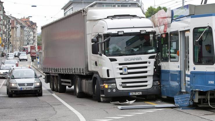 Bereits im Jahr 2011 gab es eine Kollision zwischen Lastwagen und Tram an der Hohlstrasse in Zuerich (Themenbild).