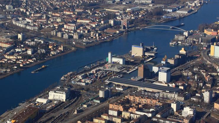 Die Berufsfeuerwehr barg die Leiche gegenüber dem Dreiländereck im Hafenbecken 1. (Archivbild)