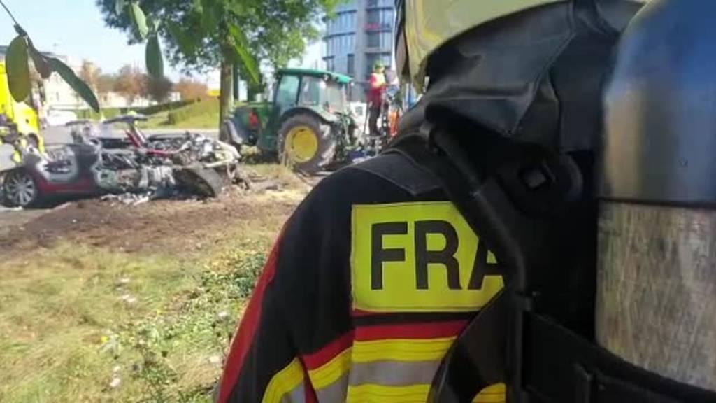 Frauenfeld (TG): Tesla prallt in Baum und fängt Feuer - Frau im Spital