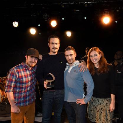 Die drei Jungs von Brandhärd konnten beim bz-Voting die meisten Stimmen akquirieren. Der Preis wurde verliehen von bz-Verlagsmanagerin Myriam Born.