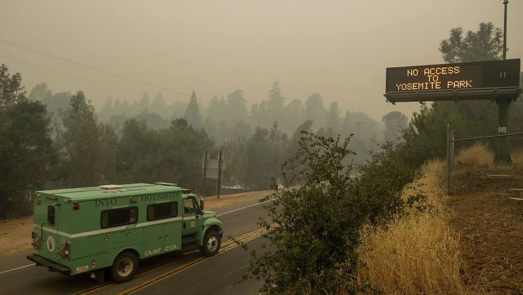 Eine wegen des Waldbrandes gesperrte Strasse in den Yosemite-Nationalpark.