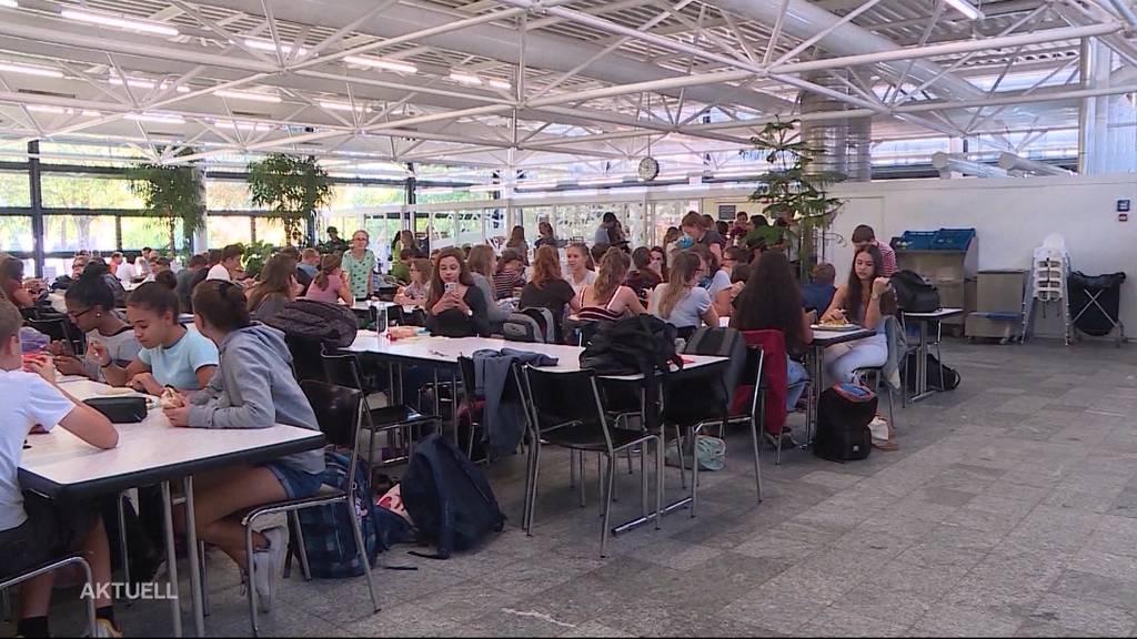 Kanti-Schüler in Solothurn müssen mit Fingern essen
