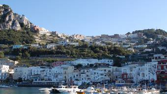 ARCHIV - Der Hafen Marina Grande am Hauptort Capri auf der italienischen Promi-Insel Capri. Foto: Andreas Heimann/dpa-tmn/dpa