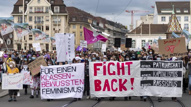Um 15.24 Uhr strömen von beiden Seiten her Leute auf die Mittlere Brücke. Ab dieser Uhrzeit arbeiten Frauen in der Schweiz rechnerisch gesehen gratis.