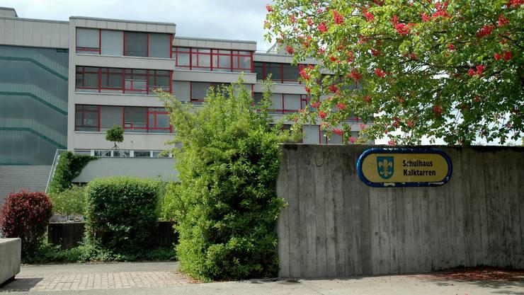 In Schlieren wird derzeit debattiert, ob ein Schulhaus  wie das «Chalchi» mit Kindergarten, sowie Unter- und Oberstufe von einer einzigen Schulleitung angemessen geführt werden kann.