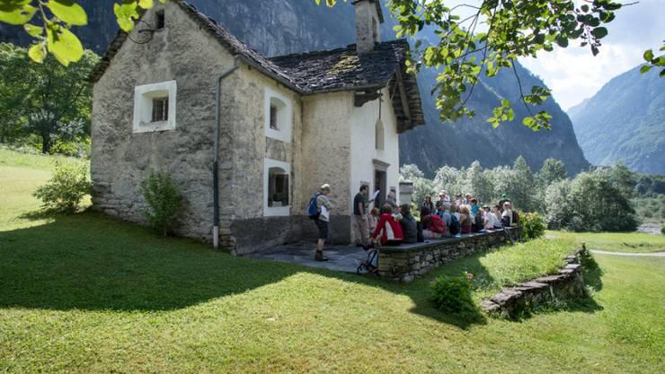Teilnehmer des historisch-literarischen Spaziergangs auf den Spuren von Plinio Martini, aufgenommen vor einer Kirche in Faedo am 22. Juli 2017 im Bavonatal, Kanton Tessin.
