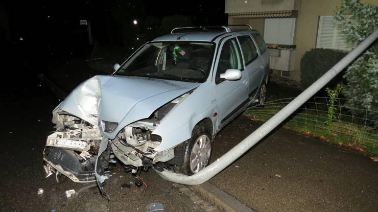 Die beiden Autoinsassen stiegen danach aus und rannten davon. Den Renault liessen sie mit Totalschaden einfach stehen.