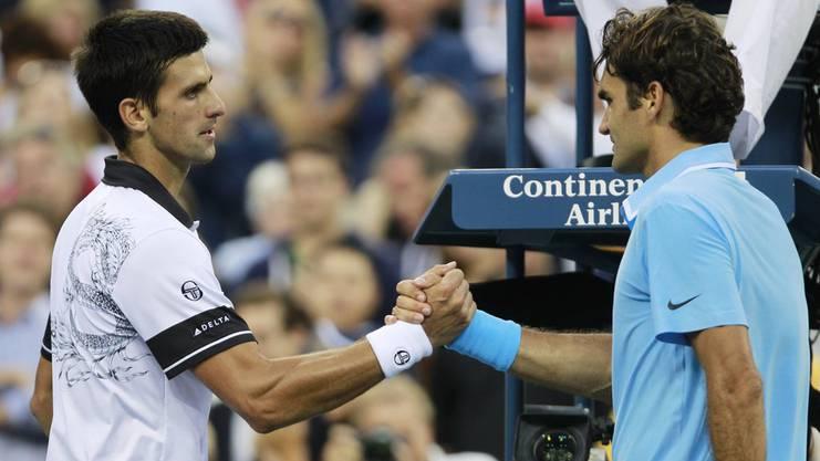 Roger Federer gratuliert Novak Djokovic zu seinem Sieg im US-Open-Halbfinal 2010.