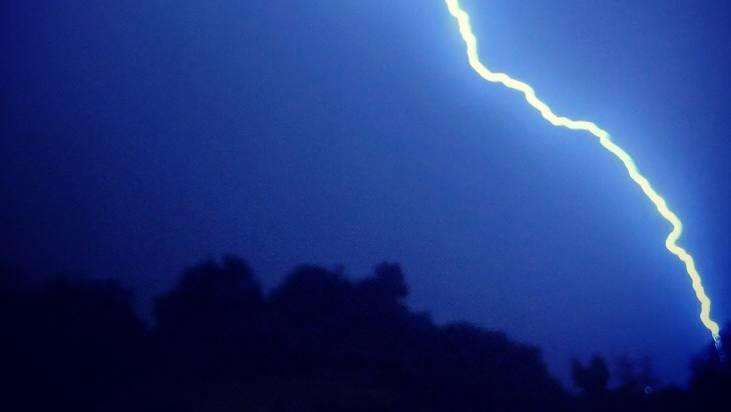 Ein Blitz schlug in eine Freileitung ein. (Symbolbild)