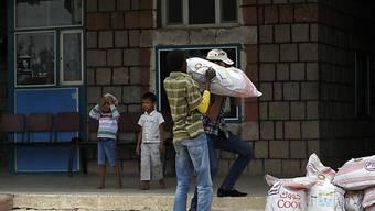 Freiwilliger trägt Hilfsgüter in ein Flüchtlingshaus in Sanaa