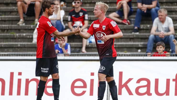 Juan Pablo Garat jubelt mit dem Torschützen zum 1:0 Mats Hammerich (Aarau) nach dem Tor