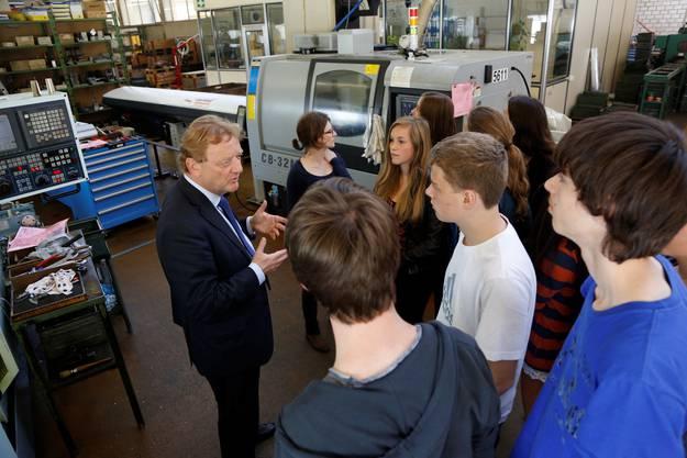 Während einem Erlebnistag sollen die Gymnasiasten für wirtschaftliche Themen begeistert werden