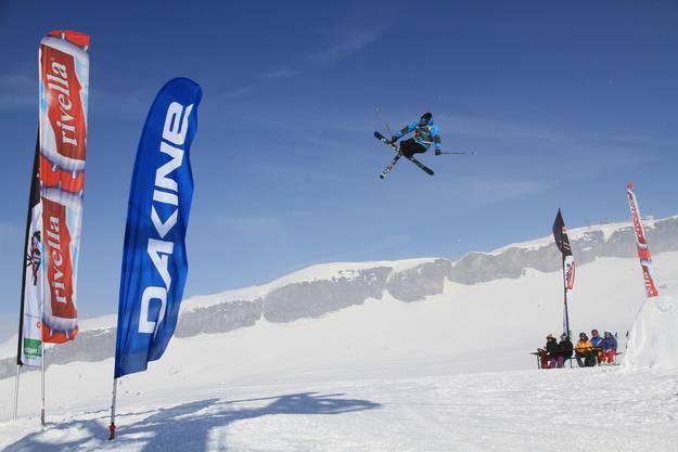 Einer der Teilnehmenden am «Big Air Ski-Contest» zeigt einen spektakulären Sprung.