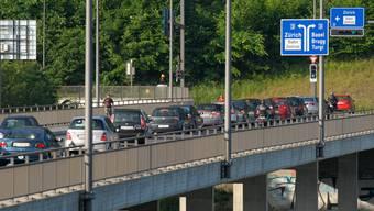 Auf der Obersiggenthaler Brücke stauen sich die Autos. (Archivbild)