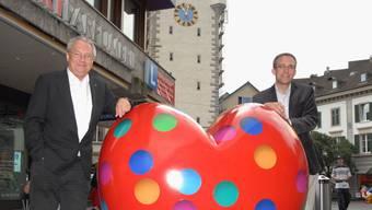 Mit Herz: Matthias Bernhard (l.), Lukas Breunig mit dem FDP-Herz in der Badstrasse. (Walter Schwager)