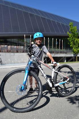 Ausgerüstet mit seinem coolen blau-weissen Bike und Vorderfedern düst der neunjährige Janis Laudenbach aus Würenlos gerne ins Fussballtraining. Ob es regnet oder nicht, spiele da nicht so eine grosse Rolle: «Ich fuhr schon letzten Sommer mit diesem Fahrrad und habe es mir selbst ausgewählt»,sagte er. Passend dazu, fehlte auch der blaue Helm auf dem Kopf nicht. Auch sonst sei er gerne in der Freizeit mit dem Velo unterwegs, aber für den Weg zur Schule bleibe sein Bike zu Hause.