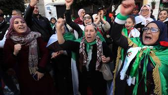 """""""Das Volk will den Sturz des Regimes"""": Mehrere Tausend Menschen jeden Alters erinnern in Algier an den Beginn der massenproteste vor einem Jahr und skandieren Sprechchöre wie diesen."""