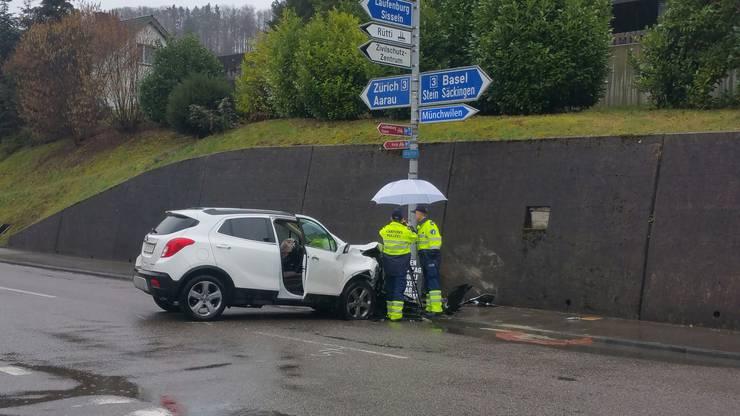 Der 58-jährige Schweizer am Steuer zog sich schwere Kopfverletzungen zu.