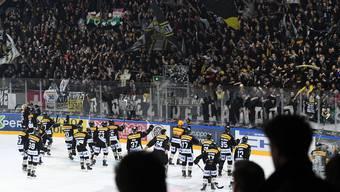 Gemeinsam feiern Luganos Spieler und die Fans in der Resega.