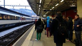 Pendler warten am Bahnhof Olten.