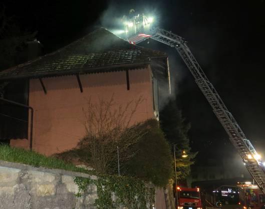 Um den Wohnungsbrand löschen zu können, musste die Feuerwehr das Hausdach abdecken.