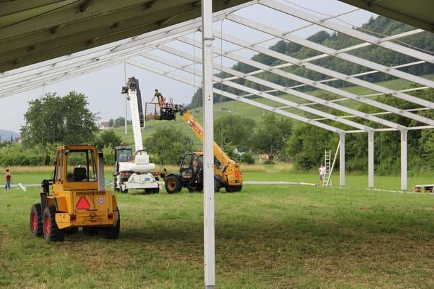 Insgesamt gibt es vier grosse Zelte