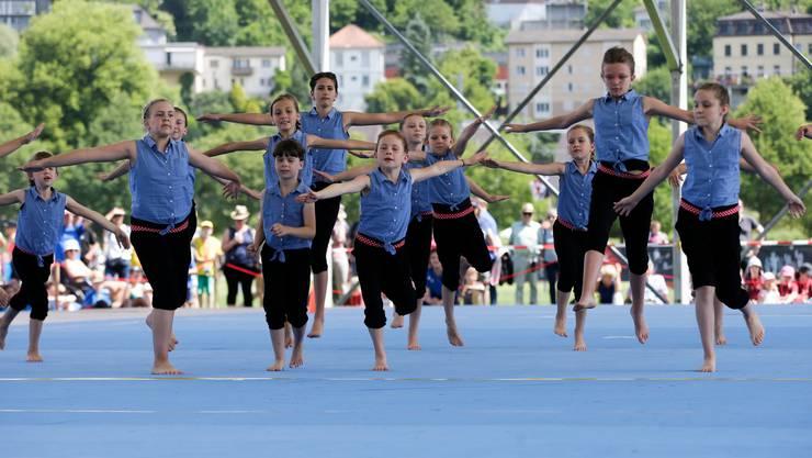 Kinder führen Eingeübtes am Eidgenössischen Turnfest in Aarau vor.