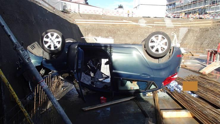 Das Auto stürzte in eine acht Meter tiefe Baugrube.