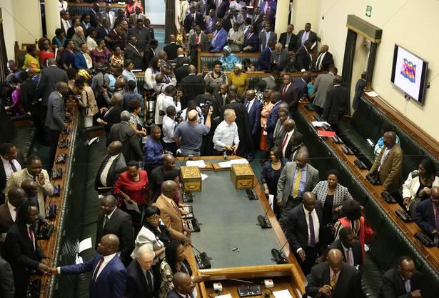 Vor der Parlamentssession, in der es um das Amtsenthebungsverfahren gegen Robert Mugabe gehen wird.