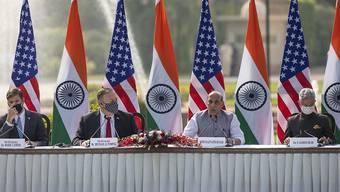 Mark Esper (l-r), Verteidigungsminister der USA, Mike Pompeo, Außenminister der USA, Rajnath Singh, Verteidigungsminister von Indien, und Subrahmanyam Jaishankar, Außenminister von Indien, nehmen an einer gemeinsamen Pressekonferenz im Hyderabad House teil. Foto: Altaf Qadri/AP/dpa
