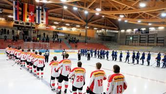 Zu den Länderflaggen gewandt, die von der Decke des Sportzentrums Zuchwil hängen, hören die Spieler der Schweiz (links) und von Finnland die Nationalhymnen.