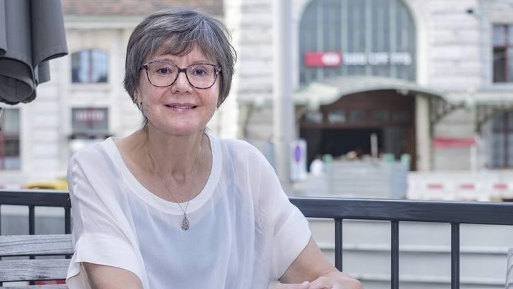 Margaret Oertig, Spezialistin für Kulturunterschiede, vor dem Basler Bahnhof SBB.