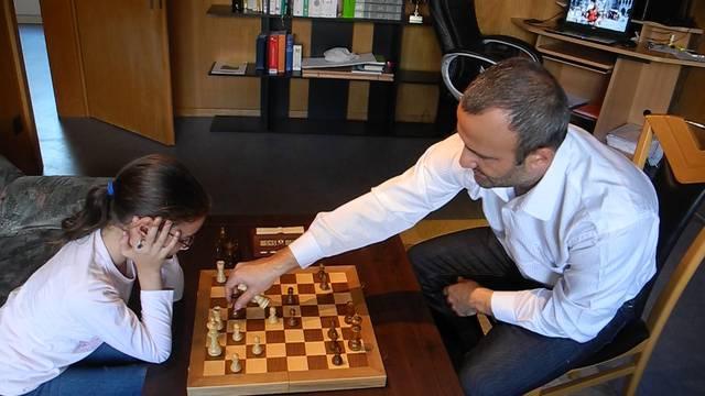 Gohar Tamrazyan spielt ausnahmsweise gegen ihren Vater – eigentlich dürfte sie nicht mit Gegnern trainieren, die nicht auf ihrem Niveau spielen.