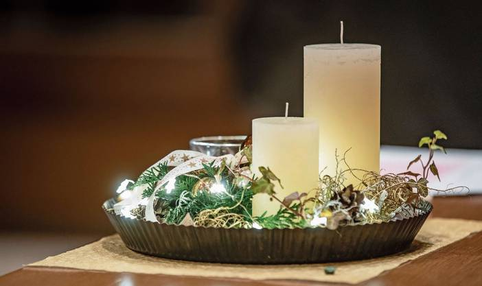 Ein Adventsgesteck weckt die Vorfreude auf Weihnachten.