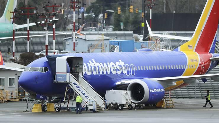 Die Probleme mit den Boeing-Maschinen des Typs 737 Max machen dem US-Billigflieger Southwest Airlines schwer zu schaffen. Der Gewinn brach im vierten Quartal ein.(Archivbild)