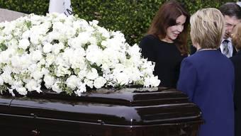 Reagan-Tochter Patti Davis (links) grüsst die Ex-First-Lady und gegenwärtige Präsidentschaftskandidatin Hillary Clinton (von hinten) an der Trauerfeier für Nancy Reagan.