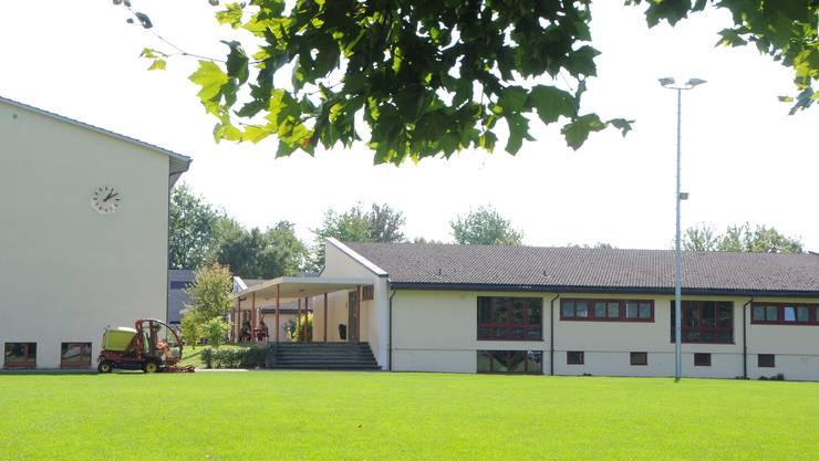 Das Klingnauer Schulareal mit Propsteiturnhalle (links) und einem Primarschulpavillon (rechts).