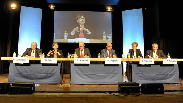 Podiumsdiskussion mit Ulrich Giezendanner, Regula Rytz, Moderator Phillippe Hammel, Fabio Regazzi, Sabine Pegoraro und Hans-Peter Wessels.