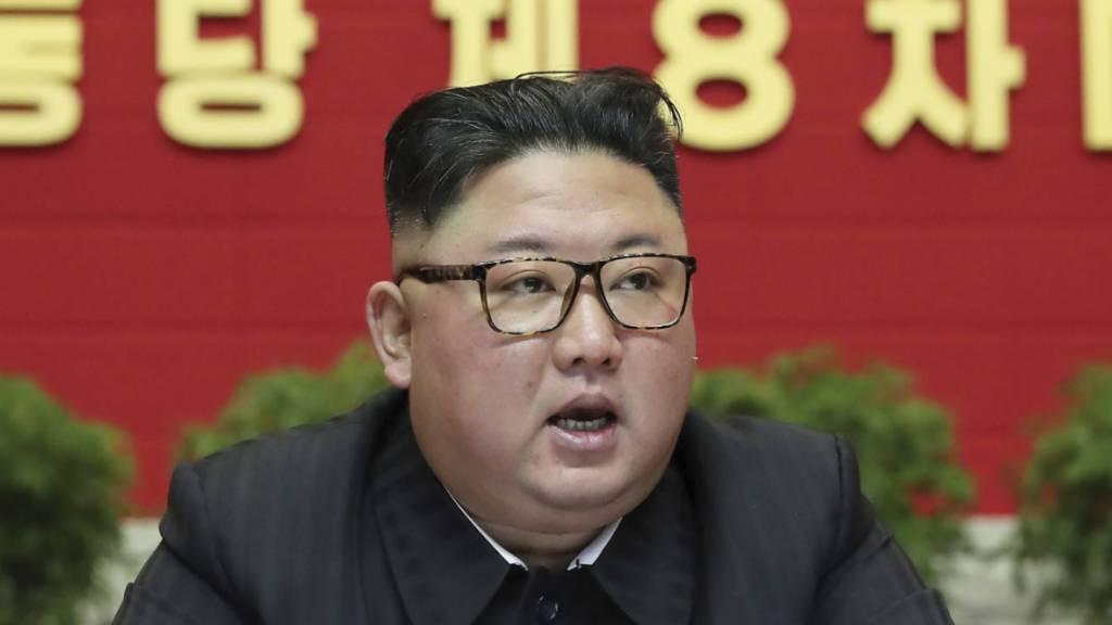 Das Foto der staatlichen nordkoreanischen Nachrichtenagentur KCNA zeigt Führer Kim Jong-un auf dem achten Kongress der herrschenden Arbeiterpartei. Foto: Uncredited/KCNA via KNS/AP/dpa - ACHTUNG: Nur zur redaktionellen Verwendung und nur mit vollständiger Nennung des vorstehenden Credits