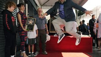 Schauspieler Jack Black springt über seinem Hollywood-Stern vor Freude in die Luft (Foto: Chris Pizzello/Invision/AP)