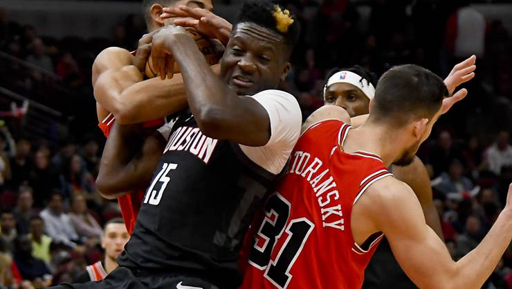 Houstons Schweizer Center Clint Capela (vorne links) im Kampf um den Ball