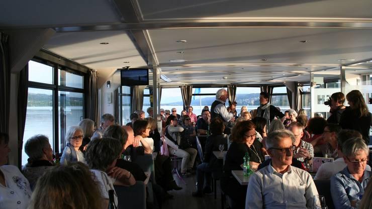 Das dicht besetzte Seetaler Literaturschiff verkehrte mit Krimiautoren an Bord.