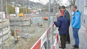 Gesamtprojektleiter Marcel Voser (r.) führte die Interessierten durch die Baustelle am Schulhausplatz. ces